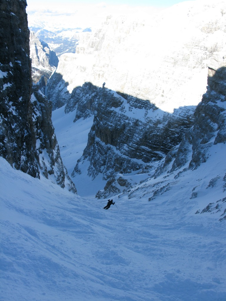 Sigurd skiing down the couloir from the entrance
